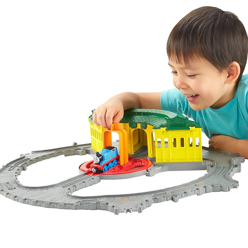 PLAY SET PISTA LOCOMOTIVA THOMAS DEPOSITO DI TIDMOUTH FISHER PRICE BAMBINI.